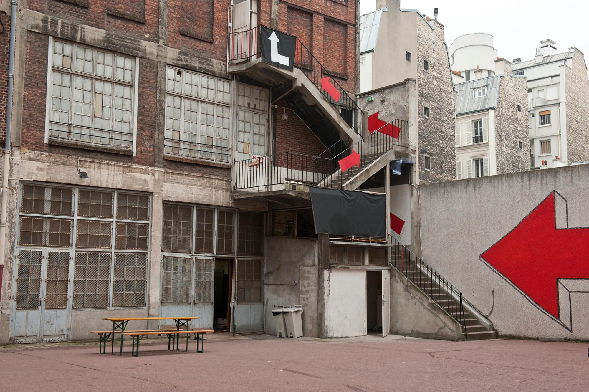 Vue extérieure de l'ancienne école@investie le temps de l'exposition@par la Chalet Society