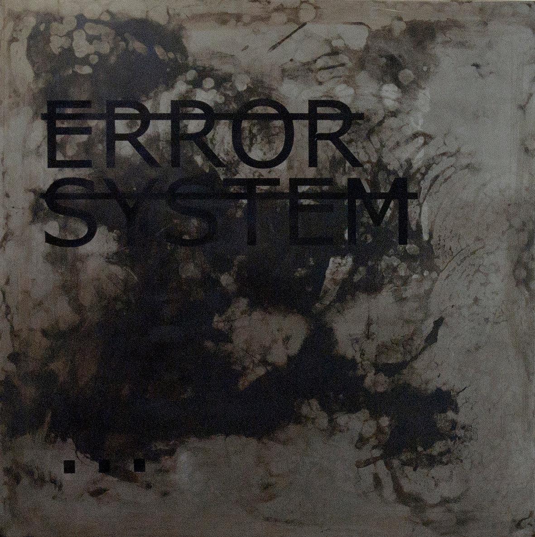 Sans titre (ERROR SYSTEM…), acier et lettres vinyles (90 x 90 cm)