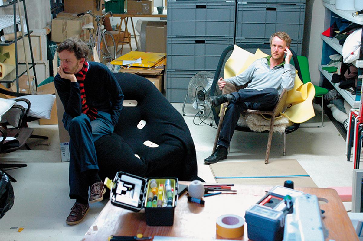 Erwan (à gauche) et Ronan Bouroullec@dans leur atelier à Paris